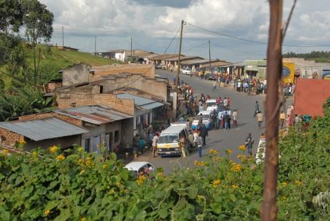 Road_between_Burundi_Gitega_and_Bujumbura_-_Flickr_-_Dave_Proffer_(3)