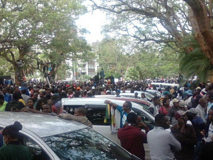 Thousands in Zimbabwe call for Mugabe's end ahead of Sunday talks